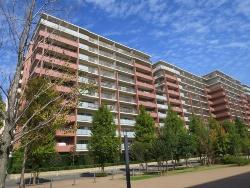 傾斜が明らかになった横浜市都筑区のマンション「パークシティLaLa横浜」。事業者は三井不動産と明豊エンタープライズで設計・施工は三井住友建設。竣工は2007年12月。構造・規模は鉄筋コンクリート造の地上12階建て。住戸数は705戸だ(写真:日経アーキテクチュア)