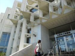 小牧市立図書館の入り口(写真:日経アーキテクチュア)