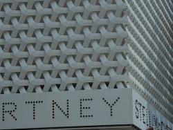 格子模様を立体化した白い外装スクリーンが建物を覆う「ステラ・マッカートニー青山」。組亀甲柄という古くからの和柄をモチーフとして、特注のアルミダイキャスト製部材で造られている(写真:池谷 和浩)