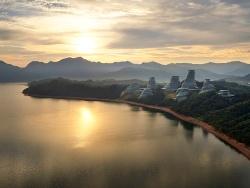 中国・安徽(あんき)省にある黄山に新しくつくられた住宅群。太平湖の南側の湖畔に10棟がランダムに並ぶ(写真:Hufton+Crow)