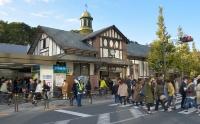 東京五輪後の解体が決まったJR原宿駅の現駅舎。1924年に建設された。現存する木造駅舎としては都内最古で、関東の駅百選に認定されている。1日の利用者数は約7万5000人