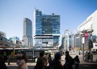 「東急プラザ渋谷」が入った渋谷フクラス(写真中央の建物)。渋谷駅西口のバスロータリーに面し、周囲に広がる地元商店街のにぎわい創出に貢献する