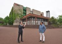 会場となったEXPO'70パビリオン(旧・鉄鋼館)の前で。左が橋爪紳也氏、右が磯達雄氏