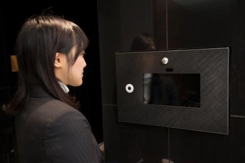〔写真2〕レオパレス21が2017年7月に導入を始めた、エントランスのロックを顔認証のみで開錠できるオートロックシステムの一例(出所:レオパレス21)