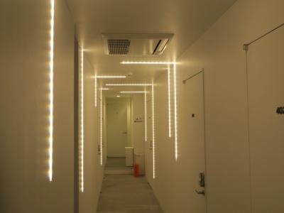 4階廊下の照明。降水確率が高いと青色になるという