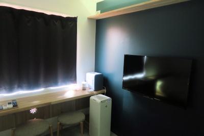 Google Homeを使い、テレビ(右壁面)や空気清浄機(床置き)、天井面のエアコンなどを音声で操作できる