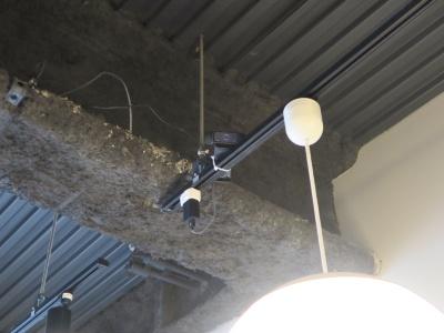 1階ラウンジの天井に設置されたカメラ