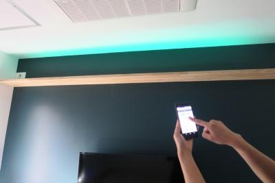 天井際の照明を好きな色に変えることで、部屋の雰囲気が変えられる