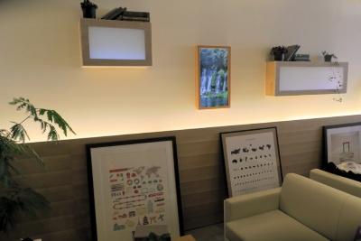 「&AND HOSTEL AKIHABARA」のラウンジ。風景などを再生するデジタル窓「Atmoph Window」を飾る
