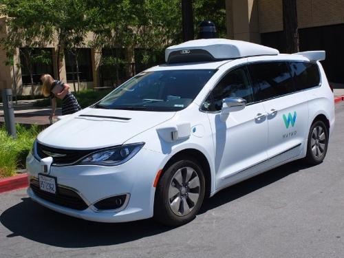 写真1 試乗したウェイモの自動運転車。試乗中の内部の様子の撮影は禁止された