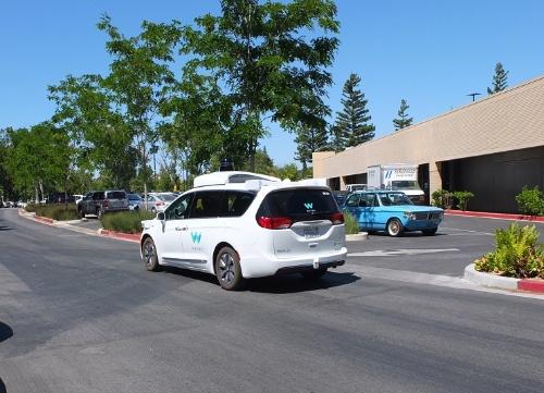 写真2  ウェイモ本社周辺を走る、同社の自動運転車