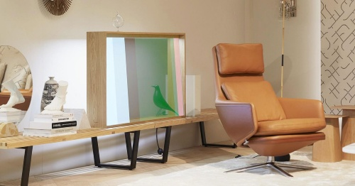 透過型ディスプレーを使ったテレビのコンセプトモデル「vitrine」。スイスの家具メーカー「vitra」とパナソニック、スウェーデンのデザイナーとが共同開発した