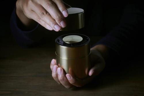 パナソニックと京都の開化堂が共同開発したワイヤレススピーカーの「響筒」