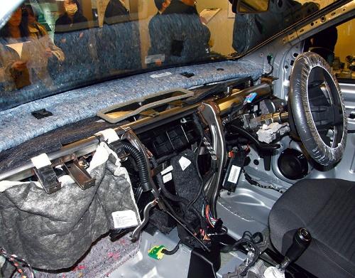 図15 インストルメントパネルを外した車内