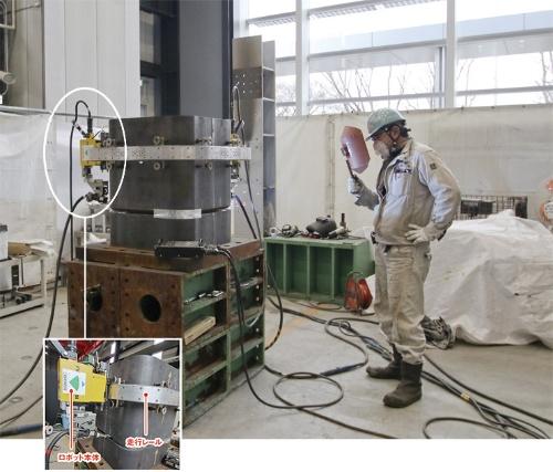 〔写真1〕ロボット2台を技能者1人が操作