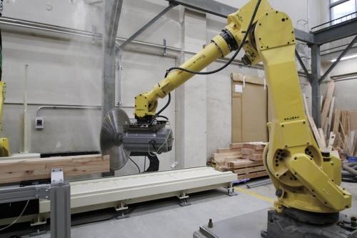〔写真1〕アーム型ロボットで多品種少量生産を可能に