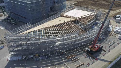 1号機で加工した木材を使った木造建築の建て方中の様子。地上1階建てで延べ面積は約644m2(写真:前田建設工業)