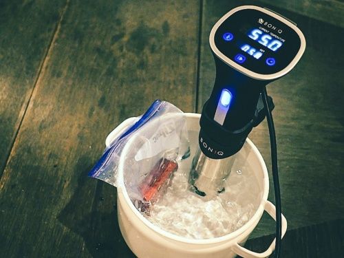 調理法は適当な容器にお湯を張り、素材を入れたプラスチックバッグを沈めるだけ