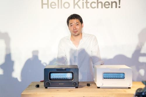 バルミューダが2015年6月に発売した「バルミューダ ザ・トースター」(最新モデルの実勢価格は2万2900円)と、バルミューダ代表取締役社長の寺尾玄氏