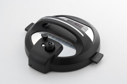 Instant Potのフタ。圧力調理時の圧力を抜く弁とボタンを搭載している