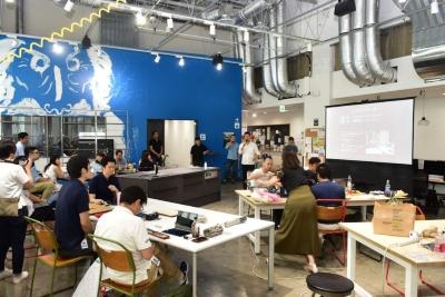 「毎日の料理を楽しくするスマートキッチン体験をプロトタイピングする~テクノロジーで料理の本質にせまる」と題したワークショップ2日目の開会式の模様。会場となった「TechShop Tokyo」は機材が整ったものを作れる環境があり、普段ものづくりをしている会員がいるという点で選んだという(以下、写真:安蔵 靖志)