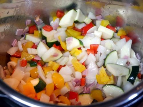 ベーコンと野菜をオリーブオイルで炒める