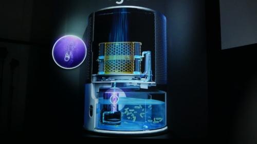 給水タンクからの水がPTFEチューブ(写真の紫色の部分)を通るときにUV-C(紫外線)ライトが照射される。PTFEチューブは光を反射しやすいため、瞬時に水を殺菌できるとのことだ