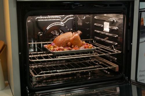 ワールプールのオーブン。鶏肉に温度計が刺さっているのが見える