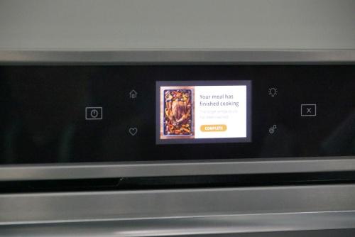 Yummlyのスマート温度計と連携したオーブン調理機能をアピールしていた