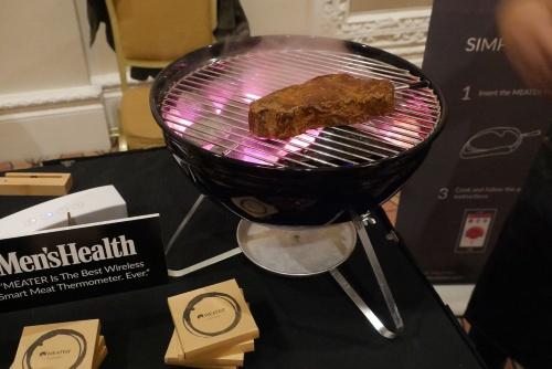FoodTech Liveで展示されていたMEATERの「MEATER」シリーズ。肉にセンサーが刺さっている