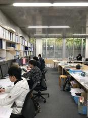 現在の事務所とミーティング風景(写真:シーラカンスK&H)