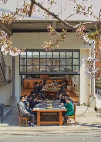 東京・白金に位置するオフィスでの花見を兼ねた食事会の様子。元工場を改修し、1階はオープンキッチンを備えたミーティングスペースとした(写真:ナカサアンドパートナーズ)