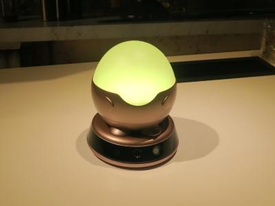 離れて暮らす高齢者と家族間のコミュニケーションを支援する卵形照明端末「Famileel」