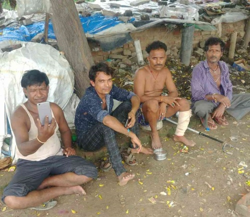 インドの非都市部に暮らす人たち。貧しい生活でもスマホを持っている人は多い