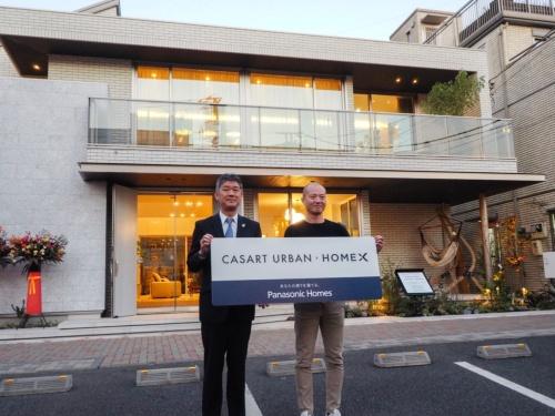 パナソニック ホームズが販売する、HomeX(ホームエックス)を標準で搭載した住宅「カサート アーバン」のモデルハウス。左はパナソニック ホームズの松下龍二代表取締役社長。右は、ホームエックスの開発を指揮する、パナソニックの馬場渉ビジネスイノベーション本部長(撮影:日経ホームビルダー)