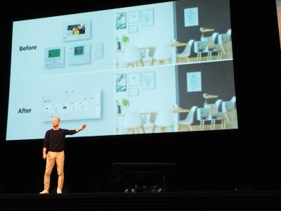壁面スイッチをタッチパネルカラーディスプレーで置き換える「HomeX Display」を紹介する、パナソニック ビジネスイノベーション本部長の馬場渉氏(写真:日経ホームビルダー)