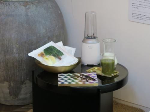 ショウコさんの体が吸収しにくい栄養素を補うための果物や野菜のセットを用意したイメージ。今回はスムージーなどにして、飲み物として摂取することを想定した