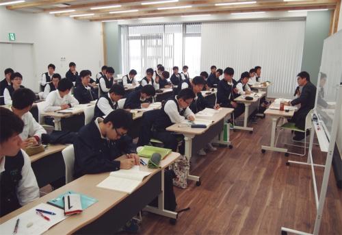訓練生は、全国の若手技能者が腕を競う「技能五輪全国大会」への出場を目標に、学科や実技に打ち込む(写真:ポラス)