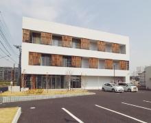 2016年に訓練校の実習棟と事務所棟を新築。新校舎ではオフィス向けの大規模木造なども学ぶ(写真:日経ホームビルダー)