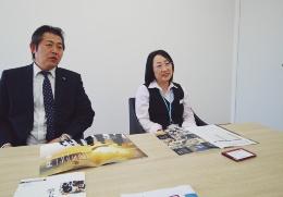 訓練生を指導する成田超洋課長と訓練校を運営する加藤敏子課長(写真:日経ホームビルダー)