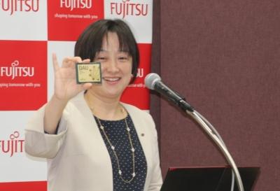 デジタルアニーラの発表で専用LSIを披露した、富士通の吉澤尚子執行役員常務