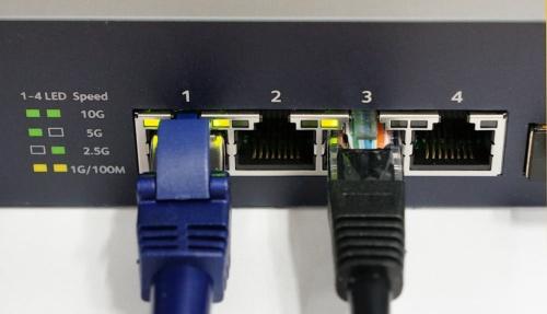 1番ポートが10Gビット/秒、3番ポートが5Gビット/秒でリンクしている