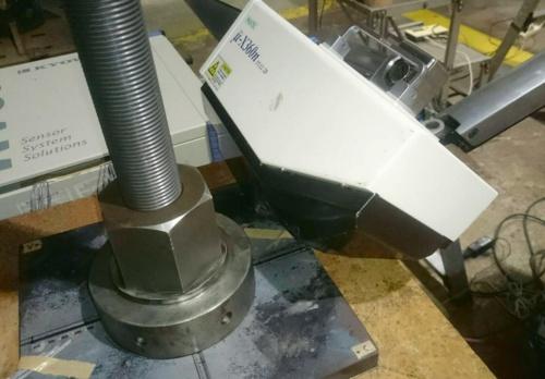 グラウンドアンカー頭部を再現した供試体とX線応力測定装置。X線を当てる対象はプレート(写真:大阪大学)