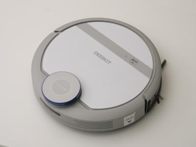 軽快なカラーリングの「DEEBOT DE35」。ロゴの入った白いパーツはフタになっており、中にあるダストボックスを隠している。ロゴの上の灰色ライン部分にあるのは、自動運転のスタート(電源)ボタンだ(以下撮影:加藤 康)