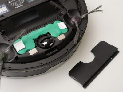 DE35の電池カバーを外したところ。2次電池の両脇には取り外し用のテープが見えている(以下、撮影:加藤 康)