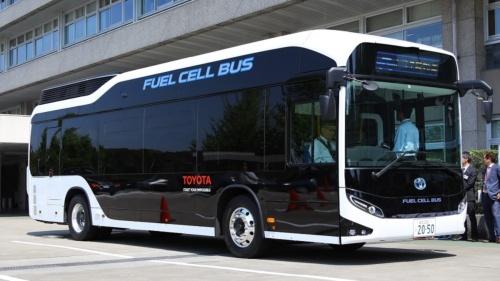トヨタ自動車の燃料電池(FC)バス「SORA(ソラ)」、総容積600Lの水素タンクを屋根部分に搭載し、1回の水素充填で約200kmを航続可能にした(撮影:日経 xTECH)
