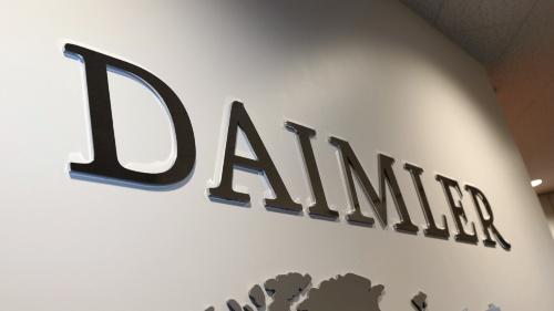 三菱ふそうは川崎市の社屋内にDaimlerの文字を掲げ、連携を強調する