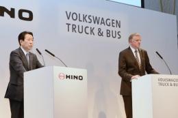 図1 VWのトラック・バス部門との提携を説明する日野自動車社長の下義生氏