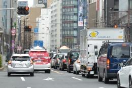 図2 日本郵便は2018年3月に東京都心で自動運転車(写真左側の赤色の車両)の実証実験を実施した