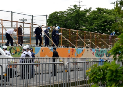6月18日に発生した地震で、大阪府高槻市立寿栄(じゅえい)小学校ではブロック塀が倒壊し、通学途中の女児が犠牲となった。写真は警察官などが現場を検証している様子。6月19日に撮影した(写真:日経アーキテクチュア)